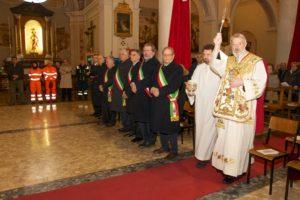 il vescovo kevin doran asprege i fedeli